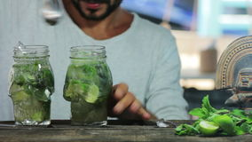 Barman miesza mojito koktajl zbiory wideo