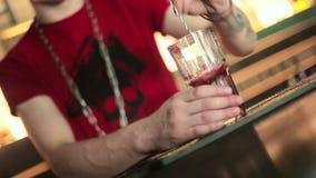 Barman miesza składniki koktajl zbiory wideo