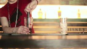 Barman mieszanki mennicy i jagoda nacisk zdjęcie wideo