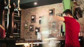 Barman naciska jagody w szkle zbiory wideo