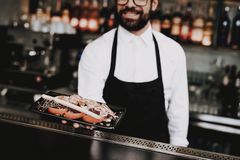 barman Nahrung zu den Kunden ' Sushi Rolls gruppe lizenzfreies stockbild