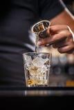 Barman nalewa alkohol od osadzarki zdjęcie royalty free