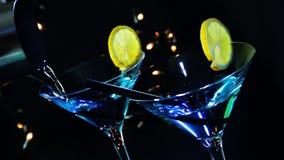 Barman nalewa błękitnego koktajlu napój na dyskoteka baru stole, dyskoteki atmosfera zbiory