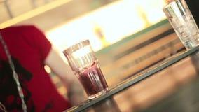 Barman nalewa iskrzastą wodę w szkło zdjęcie wideo
