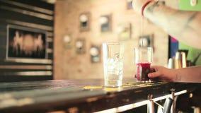 Barman nalewa od szklanej wody od rozciekłego lodu zbiory wideo