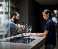 Barman nalewa wino szkło Zdjęcia Royalty Free