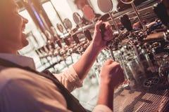 Barman no bar fotos de stock royalty free