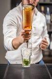 Barman op het werk Royalty-vrije Stock Afbeelding