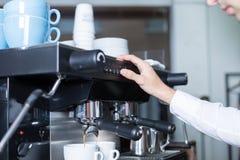 Barman pcha guzika na kawowej maszynie Zdjęcie Stock