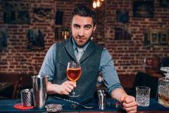 barman perito que apresenta a bebida da assinatura no bar ou na barra local Imagens de Stock