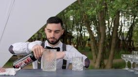 Barman pomiarowa filiżanka mierzy tomowego whisky, barman osadzarki proporci alkohol dla koktajlu miary, zbiory wideo