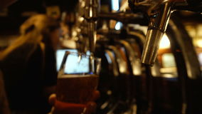 Barman Pouring Beer bij Bar stock videobeelden