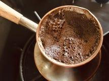 Barman préparant la boisson savoureuse chaude du Turc de cuivre photos stock