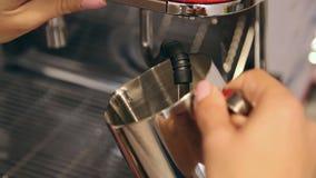 Barman préparant le lait frais pour le cappuccino doux dans la machine de café Clouse-up banque de vidéos