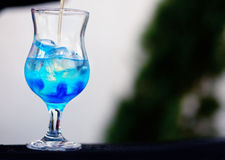 Barman préparant un cocktail avec le sirop bleu photo stock
