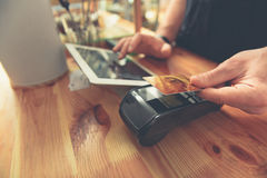 Barman prenant la carte de crédit pour faire le paiement pour le visiteur photo stock