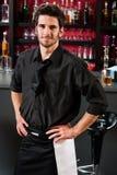 Barman professionnel dans le bar debout noir photo libre de droits