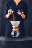 Barman professionnel préparant le café photos libres de droits
