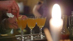 Barman professionnel versant l'orangeade dans des verres photos libres de droits