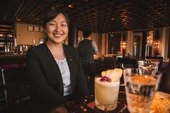 Barman przy Avalon drapaczem chmur w Hong Kong zdjęcia stock