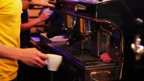 Barman przy prętowym kontuarem przygotowywa kawę zdjęcie wideo