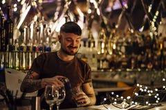 Barman przy pracą zdjęcia stock