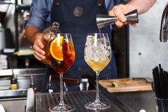 Barman przy pracą, przygotowywa koktajle pojęcie o usługa i napojach W kuchni restauracja obrazy royalty free