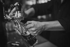 Barman przy pracą w pubie fotografia stock