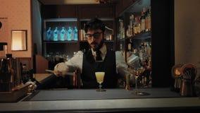 Barman przy pracą w sekretu barze zbiory wideo