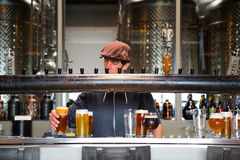 Barman przy sedno browarem