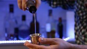 Barman przygotowywa alkoholicznego koktajl Wolno nalewać alkohol zbiory