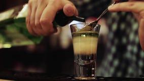 Barman przygotowywa alkoholicznego koktajl, zakończenie up zdjęcie wideo