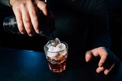 Barman przygotowywa koktajl obrazy royalty free