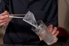Barman przygotowywa koktajl Obraz Stock