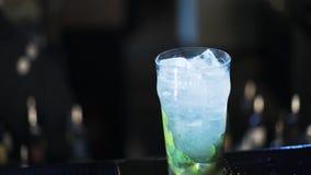 Barman que adiciona a água a um cocktail e a um stirring vídeos de arquivo