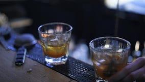 Barman que agita uma bebida em um copo do tiro video estoque