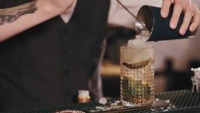 Barman que faz e que serve o cocktail da bebida misturada Fim acima video estoque