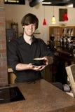 Barman remettant la cuvette au loin Photo stock