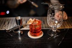 Barman robi świeżemu i słodkiemu lato koktajlowi używać prętowego wyposażenie zdjęcie stock