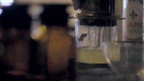 Barman Robi herbaty zdjęcie wideo