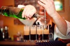 Barman robi koktajlowi obrazy royalty free