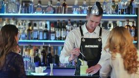Barman robi koktajlowi i dekoruje Fotografia Royalty Free