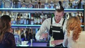 Barman robi koktajlowi i dekoruje zdjęcie wideo