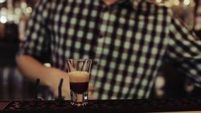 Barman robi koktajlowi przy barem, zamyka up zbiory wideo