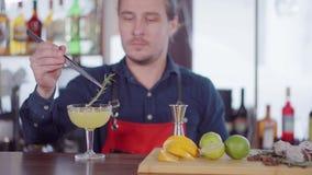 Barman robi koktajlowi przy baru kontuarem zbiory