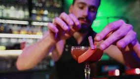 Barman słuzyć konfekcyjnego koktajl w noc barze zbiory