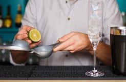 Barman& x27; s-Hände, die Cocktail mit Eigelb machen lizenzfreies stockbild