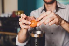 Barman& x27; s-Hände, die Cocktail mit Eigelb machen stockfotografie
