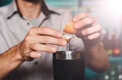 Barman& x27; s-Hände, die Cocktail mit Eigelb machen stockbild