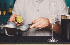 Barman& x27; s-Hände, die Cocktail mit Kalk machen stockfotos